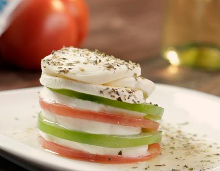 torre-de-tomate-y-queso-mozzarella-con-vinagreta-de-vino-blanco