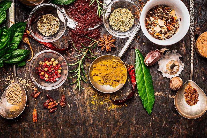¿Es mejor sazonar con condimentos secos o frescos?