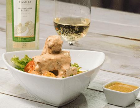 Ensalada de pollo con aderezo de mostaza y vino
