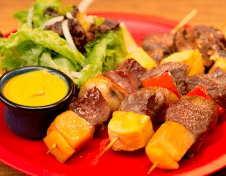 Pinchos de carne de res