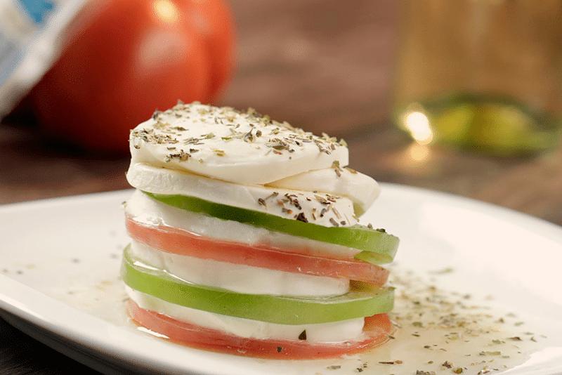 Torre de tomate y queso mozzarella con vinagreta de vino blanco