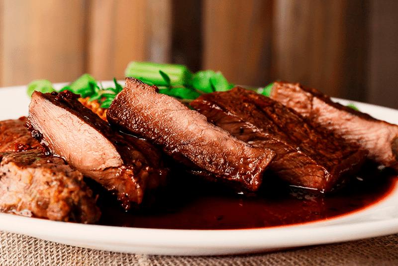 Carne de res con salsa de vino tinto