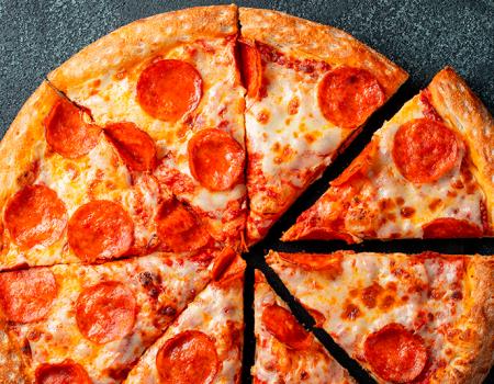 Anímate a disfrutar una deliciosa pizza de salchicha