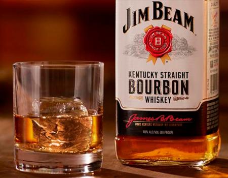 Brindemos con un trago de whiskey americano
