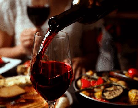 Disfruta tus comidas con un exquisito vino californiano