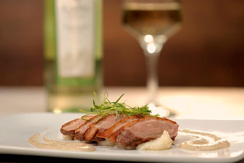 Pechuga de pato con puré de papa al parmesano y salsa de vino y mostaza dijon