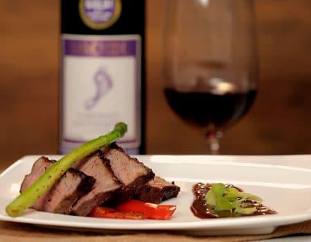 Punta de anca con vegetales, salsa para carnes y vino tinto