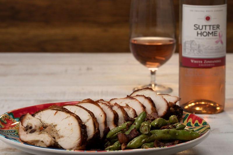 Rollo de pavo relleno con arándanos y salsa de vino y naranja