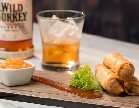 Springrolls de punta de anca con salsa bbq, mostaza dijon y whiskey
