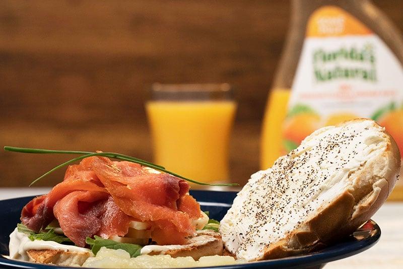 Bagels con salmón ahumado, queso y puré de peras