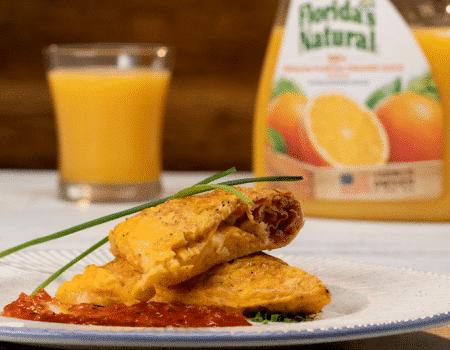 Omelette con maíz dulce, queso, jamón serrano y salsa roja