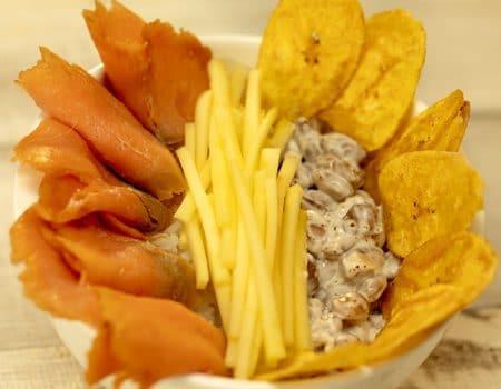 Poke de salmón con fríjol y mango biche